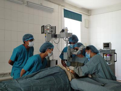 モンゴルの病院で手術を見学する医療インターン