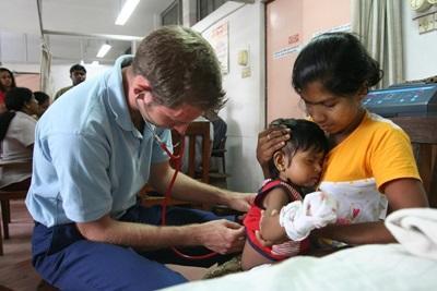 スリランカの患者を診る医療インターンの様子