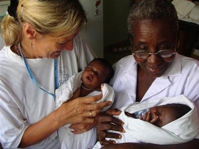 ガーナ、助産プロジェクト、赤ちゃんとスタッフとプロジェクトアブロードボランティア