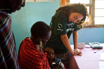 タンザニアのマサイ族に医療ケアを提供するインターン