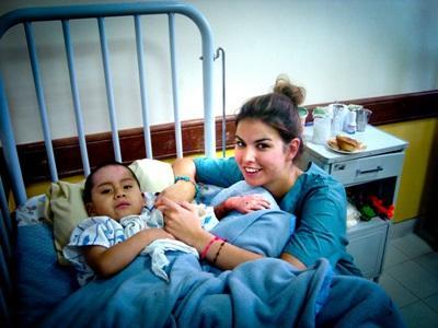 ボリビア、看護ボランテャアと子ども