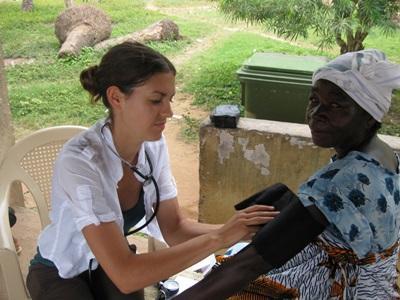 ガーナ、血圧をチェックするプロジェクトアブロードボランティア