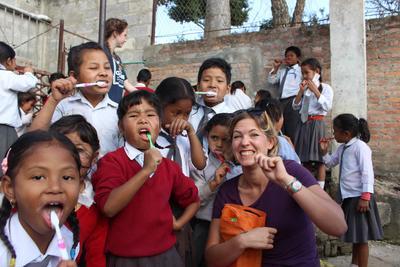 ネパールで海外インターンシップ 地域コミュニティで歯磨き指導をする医療アウトリーチ活動