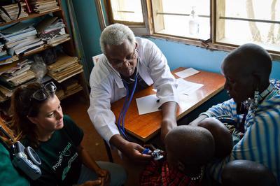 タンザニアのマサイ族村で頑張る看護インターン