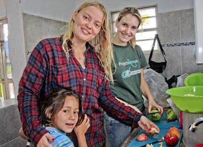 ラテンアメリカ、健康的なフルーツサラダを作成 栄養学プロジェクト