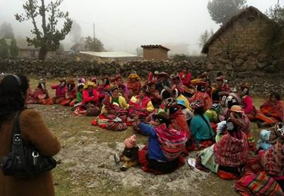 ペルー、健康的な生活スタイルを教えるために田舎コミュニティーを訪れるインターン生