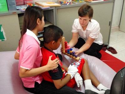 カンボジア、作業療法プロジェクト、子どもとアクティビティーをするインターン