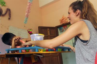 カンボジアのケア施設で子供の治療に関わるプロジェクトアブロードの作業療法インターン