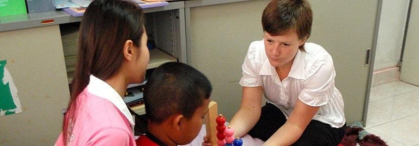 作業療法プロジェクトで子どもと活動するインターン