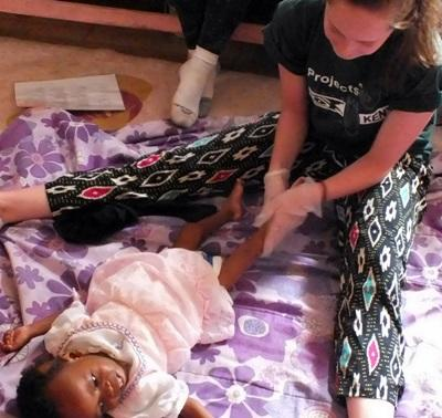 アフリカのケニアで作業療法の海外インターンシップ 現地の赤ちゃんを治療するインターン