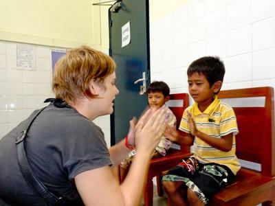 カンボジア、作業療法プロジェクト、子どもとゲームをするインターン