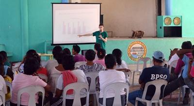 プロジェクトアブロードのメンバーによる医療に関するプレゼンに耳を傾けるフィリピン人たち