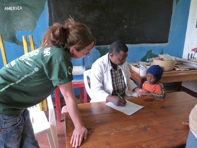 タンザニアで医療の国際経験 子供に作業療法のプランを出している場面