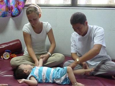 ベトナム、作業療法プロジェクト、現地のスタッフと働くインターン