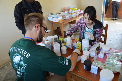 ケニアで国際インターンシップ 薬学インターンたちが薬の梱包をしている様子