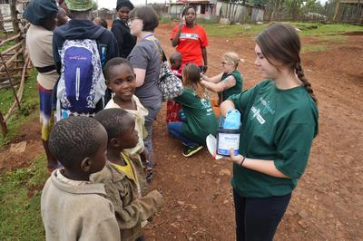 ケニアで国際インターンシップ 寄生虫退治の薬を現地の子供たちに配布する薬学インターン