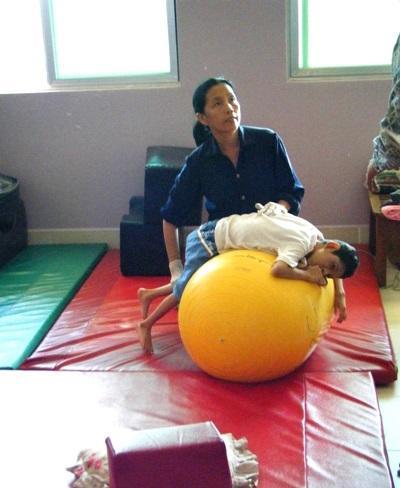 カンボジア、作業療法プロジェクト、現地のスタッフを観察するインターン