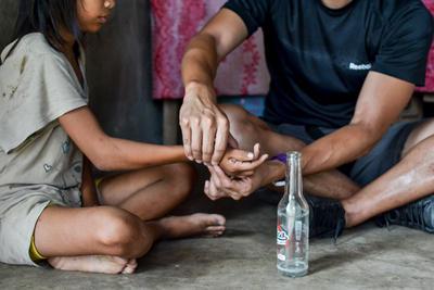 海外インターンシップ フィリピンで現地の障がいを抱える少女に理学療法を施すインターン