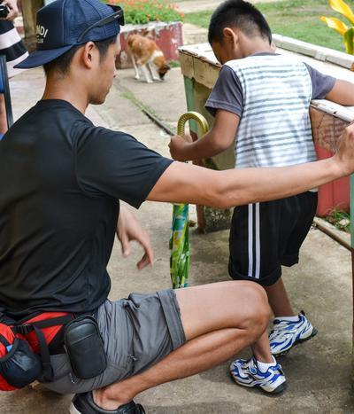 フィリピンで理学療法インターンが、現地の子供の治療を行っている様子