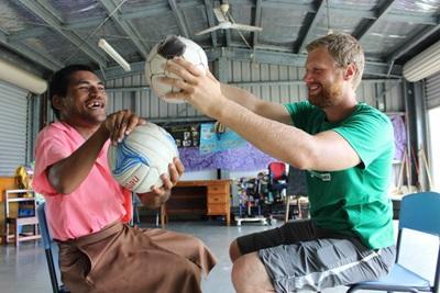 サモアでボールを使い患者の治療を行う理学療法士ボランティア