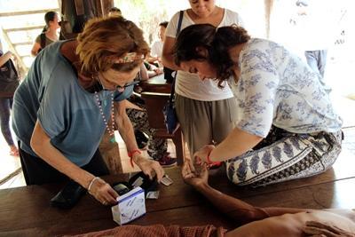 公衆衛生プロジェクトで治療を受けるカンボジアの男性