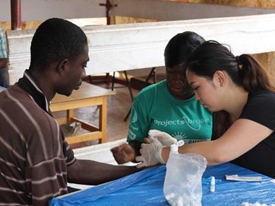 スリランカで壁の修繕ボランティアをする日本人高校生