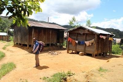 マダガスカルの田舎の村に広がる伝統的な木造小屋