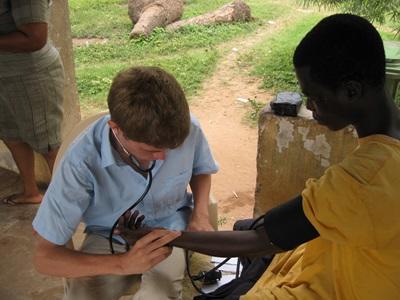 ガーナ、公衆衛生プロジェクト、心拍数をチェックするインターン