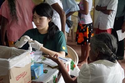 スリランカで訪問医療活動に貢献する公衆衛生インターンの様子