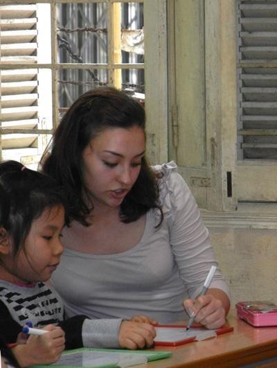 ベトナム、言語療法プロジェクト、子どもとアクティビティーをするインターン