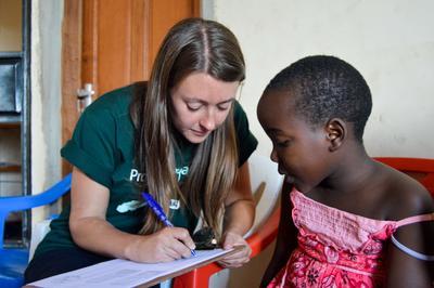 タンザニアの子供の進歩をモニタリングする言語療法インターン