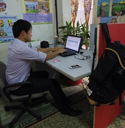 カンボジアのマイクロファイナンスプロジェクトで活動する日本人ボランティア