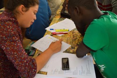 セネガルでビジネス指導を行うマイクロファイナンスインターンの様子