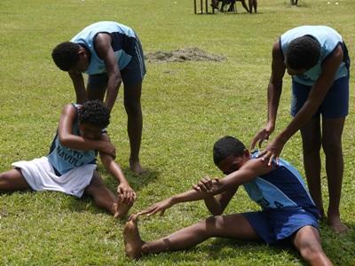 準備運動をする若者たち