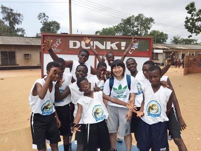 ガーナでバスケットボールを教える海外ボランティア 日本人ボランティアとガーナの子供たち
