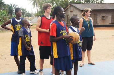 西アフリカのガーナでバスケットボールを教える海外ボランティア