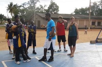 ガーナ、バスケを教えるプロジェクトアブロードボランティア