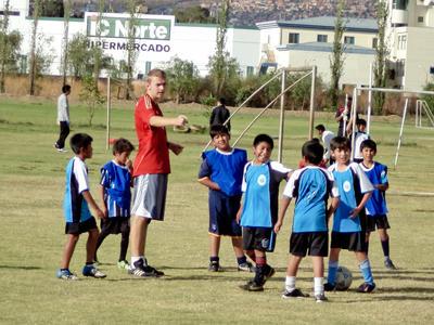 南米ボリビアでスポーツコーチの海外ボランティア サッカーを教えるボランティアの様子