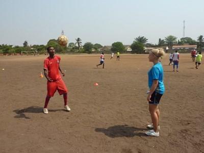ガーナ、サッカーチームを率いる女性サッカーボランティア