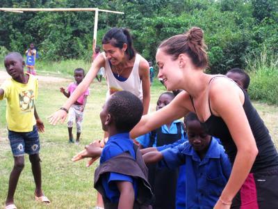 アフリカのガーナでコミュニティスポーツプロジェクトに参加するボランティアたち