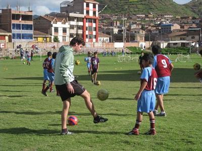 南米ペルーでサッカーを教えるコーチとしてのボランティア