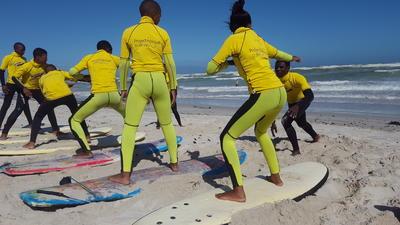 南アフリカの子供たちにサーフィンを教える海外ボランティア ビーチでの練習の様子