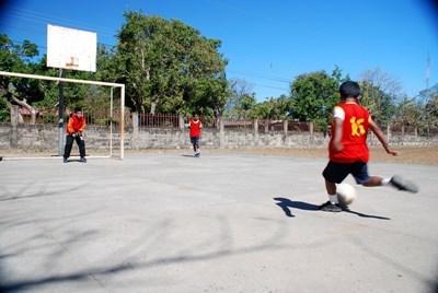 コスタリカ、サッカーの練習中得点する生徒