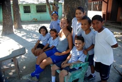 中央アメリカ、コスタリカ、サッカーを教えるボランティア
