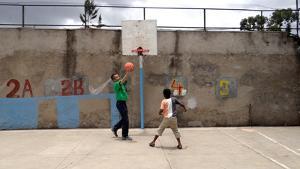 エチオピアの学校でバスケットボールの指導