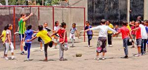 エチオピア、スポーツプロジェクト、ストレッチをする生徒とボランティア