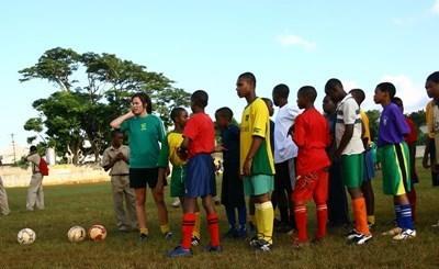 ジャマイカ、学校でスポーツを教えるボランティア