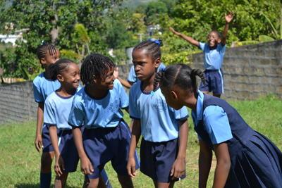 ジャマイカで体育を教える海外ボランティア 現地の子供たち