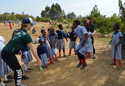 ケニアでスポーツを教える海外ボランティア 現地の子供たちと縄跳びをして運動!