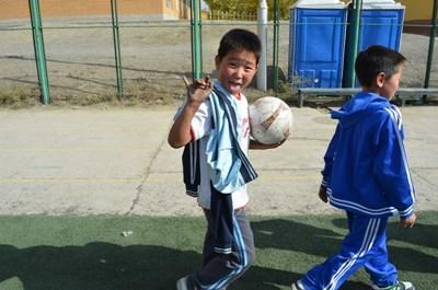 モンゴルで、ボランティア先生からサッカーを学ぶ現地の子供たち